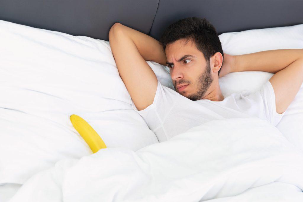 homme-dans-son-lit-erection-matinale-pourquoi